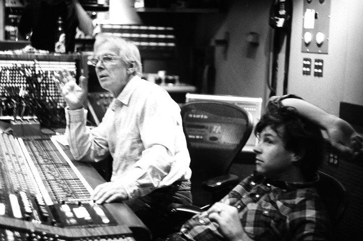 """Glyn Johns en el estudio con Ryan Adams durante la grabación de """"Ashes & Fire"""" (2011)"""