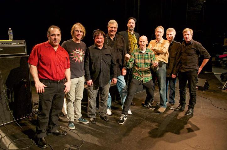 Jim Diamond, Mark Arm (Mudhoney), Krist Novoselic (ex Nirvana) y Dave Dederer (The Presidents of the United States of America) junto a The Sonics.